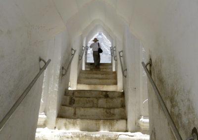 Subiendo las escaleras para disfrutar de las vistas de la Pagoda Myatheindan en Mingun