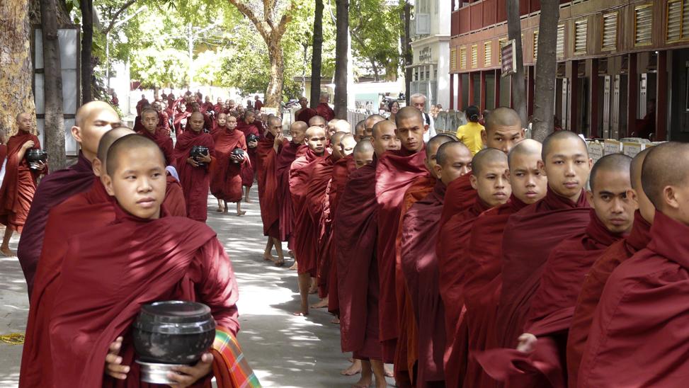 Observando la tradicional hora del almuerzo de los monjes en el Monasterio Mahagandhayon en Amarapura