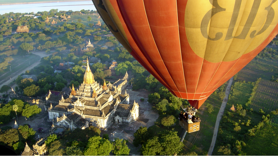 Sobrevolando en Globo el templo de Ananda en Bagan